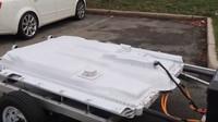 Nadšenec připojil za svou elektrickou Toyotu vlek s dalšími bateriemi, dojezd stoupl na dvojnásobek