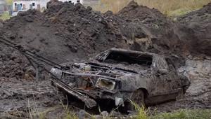 Ruští YouTubeři před rokem zakopali trojici aut, teď je vykopali a pokusí se je oživit