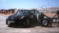 Tesla Model 3 během crash testů NHTSA