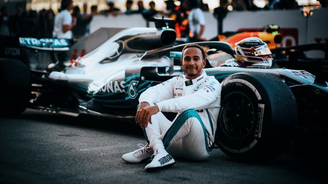 Lewis Hamilton před svým Mercedesem