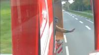 Řidič kamionu se rozhodl dvojici ilegálních migrantů pořádně vytrestat a dopřál jim vyhlídkovou jízdu do Nizozemska