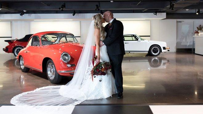 John and Samantha si řekli své ano nejprve v budově Porsche Experience Center a následně na zadních sedačkách Porsche Cayenne