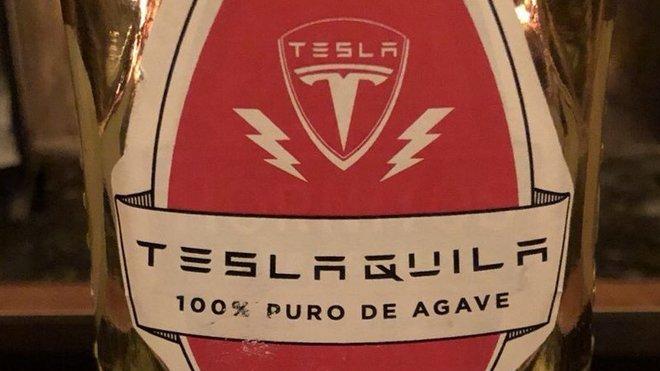 První návrh etikety pro Teslaquilu. (Twitter / Elon Musk)