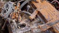 Ze tří automobilů, které v Rusku zakopali na rok pod zem, se u dvou podařilo nastartovat motor