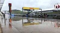 Kvůli dešti se polovinu 2. tréninku stálo, v závěru Hamilton všem nadělil přes sekundu, Alonso čtvrtý - anotační foto