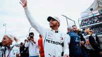 Lewis Hamilton se raduje z vítězství po kvalifikaci v Austinu
