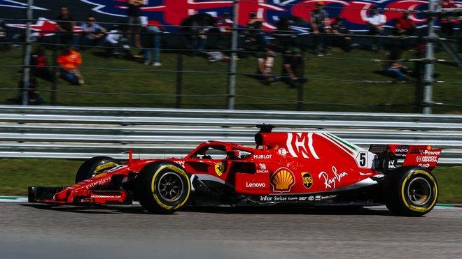 Sebastian Vettel ve Velké ceně Spojených států, kde se roztočil v prvním kole po kontaktu s Danielem Ricciardem