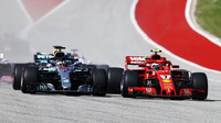 Souboj Kimiho Räikkönena a Lewise Hamiltona po startu závodu v Austinu