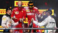 Lewis Hamilton gratuluje soupeřům na stupních vítězů