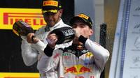 Max Verstappen a Lewis Hamilton na pódiu po závodě v Austinu