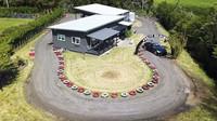 Milovník driftování si postavil malou závodní trať kolem vlastního domu