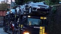 Řidič tahače podcenil výšku nákladu, nová SUV pak přišla pod mostem o střechu (Twitter / @LeopoldStotch11)