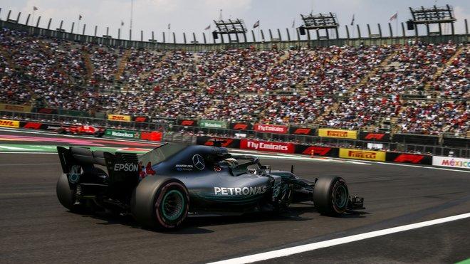Lewis Hamilton s Mercedesem na stadionu v Mexiku