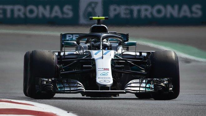 Valtteri Bottas s Mercedesem během tréninku Mexiku