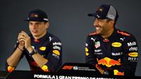 Daniel Ricciardo s Maxem Verstappenem na tiskové konferenci