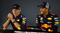 Daniel Ricciardo a Max Verstappen na tiskovce po kvalifikaci v Mexiku