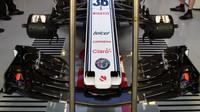 Přední křídlo vozu Sauber v tréninku v Mexiku