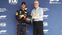 Daniel Ricciardo slaví pole position po kvalifikaci v Mexiku