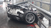Audi R8 se během děsivě vypadající nehody doslova rozpůlila, její řidič však vyvázl bez zranění