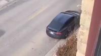Vynalézavý majitel Tesly uniká pokutám za parkování tím, že každé 2 hodiny přejíždí z místa na místo (Twitter/@rarelyserious)