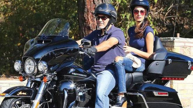 George Clooney se rozhodl vydražit svůj zánovní Harley Davidson