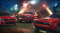 V nové reklamě Dodge vyměnil Santa Claus tradiční saně za upravený Challenger Hellcat Redeye