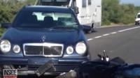 Záběry z nehody, během které se George Clooney na skútru srazil s automobilem (Youtube/Inside Edition)