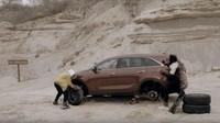 Jeep se ve svém spotu trefně opřel do crossoveru Kia Sorento a jeho zdolávání náročného tefénu