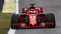 Sebastian Vettel s Ferrari na brazilském okruhu Interlagos