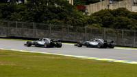 Lewis Hamilton a Valtteri Bottas v kvalifikaci v Brazílii