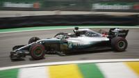 Lewis Hamilton se svým Mercedesem v Brazílii