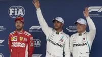 Sebastian Vettel, Lewis Hamilton a Valtteri Bottas po kvalifikaci v Brazílii