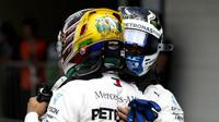 Lewis Hamilton a Valtteri Bottas po úspěšné kvalifikaci v Brazílii
