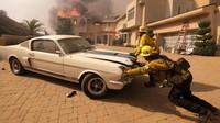 Kalifornští hasiči zachránili z hořícího domu vzácný Ford Mustang Shelby GT350 (Twitter/@421Chevaux)
