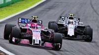 Esteban Ocon a Sergej Sirotkin v závodě v Brazílii