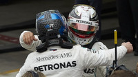 Lewis Hamilton a Valtteri Bottas po závodě v Brazílii