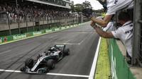 Lewis Hamilton v cíli závodu v Brazílii