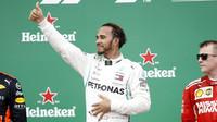 Lewis Hamilton na pódiu po závodě v Brazílii