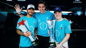 Lewis Hamilton, Toto Wolff a Valtteri Bottas slaví mistrovský titul konstruktéra po závodě v Brazílii