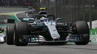 Valtteri Bottas v závodě v Brazílii