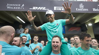 Lewis Hamilton slaví mistrovský titul konstruktéra v Brazílii
