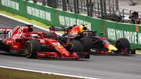 Sebastian Vettel a Max Verstappen v závodě v Brazílii