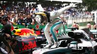 Lewis Hamilton se raduje z vítězství po závodě v Brazílii