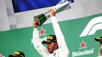 Lewis Hamilton se svou vítěznou trofejí po závodě v Brazílii
