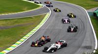 Daniel Ricciardo a Marcus Ericsson v závodě v Brazílii