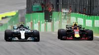 Max Verstappen a Valtteri Bottas v závodě v Brazílii