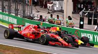 Max Verstappen a Sebastian Vettel v závodě v Brazílii