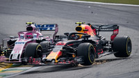Max Verstappen v kolizi s Estebanem Oconem v závodě v Brazílii