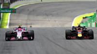 Max Verstappen a Esteban Ocon v závodě v Brazílii