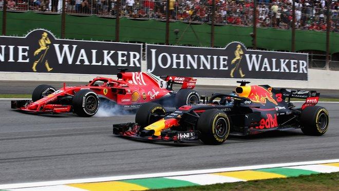 Daniel Ricciardo předjíždí v Brazílii Sebastiana Vettela
